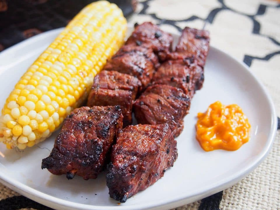 A serving of Anticucho with corn