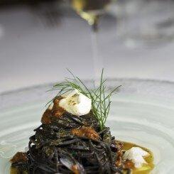 spaghetti freschi al nero con ricci di mare e ricotta edit